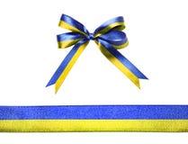 Blau-gelbes Mehrfarbengewebeband und -bogen lokalisiert auf einem weißen Hintergrund Lizenzfreies Stockfoto