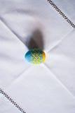 Blau-gelbes pysanka auf der Tischdecke Lizenzfreies Stockbild