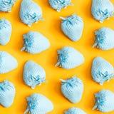 Blau gemalte Erdbeeren Stockbilder