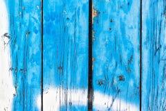 Blau gemalte hölzerne Planken, die weg abziehen lizenzfreie stockfotografie