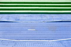 Blau gemalter Fahrradweg und grüne Schritte stockfotos