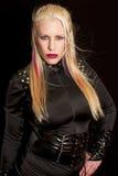 Blau gemusterte junge blonde Frau Stockfoto
