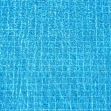 Blau geplätscherter Wasserhintergrund im Swimmingpool Lizenzfreies Stockfoto