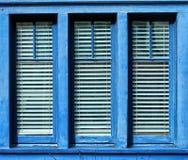 Blau gestaltetes Fenster Stockfotografie