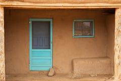 Blau getrimmte Tür und Fenster Lizenzfreie Stockfotografie