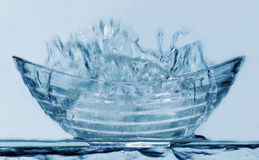 Blau-Glas-Schüssel-Spritzen Stockfotos