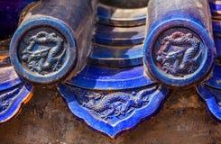 Blau glasierte Fliesen mit Kaiserdrachen des traditionellen Chinesen Stockfotografie
