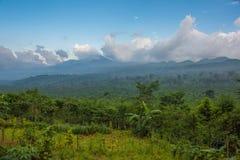 Blau-graue Wolken gehangen über den Horizont über dem folgenden lila Berg Stockbild