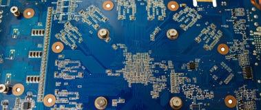 Blau lokalisierte Motherboard- oder Computereber mit Chips und Komponente auf ihm auf einem weißen Hintergrund lizenzfreie stockfotos