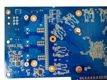 Blau lokalisierte Motherboard- oder Computereber mit Chips und Komponente auf ihm auf einem weißen Hintergrund lizenzfreies stockfoto