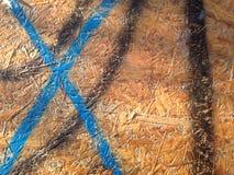 Blau malte Buchstaben X, schwarze Linien auf der Holzbank Stockbild