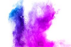 Blau-purpurrote Farbpulver-Explosionswolke lokalisiert auf weißem Hintergrund lizenzfreies stockfoto