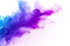 Blau-purpurrote Farbpulver-Explosionswolke lokalisiert auf weißem Hintergrund stockfotografie