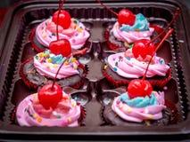 Blau-purpurrote kleine Kuchen des strengen Vegetariers mit Kirsche auf die Oberseite Lizenzfreie Stockfotografie