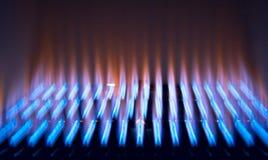 Blau-rote Reihenflammen des Gases stockfoto