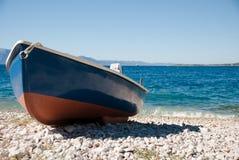 Blau-rotes Boot auf dem Strand Lizenzfreies Stockbild