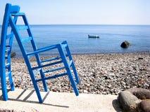 Blau sitzt felsigem Strand vor Lizenzfreie Stockfotos