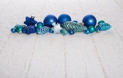 Blau, Türkis und weißer hölzerner schneebedeckter Weihnachtshintergrund für Lizenzfreies Stockbild