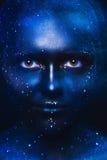 Blau tont Porträt der netten Frau mit dunkler Gesichtskunst Lizenzfreie Stockbilder