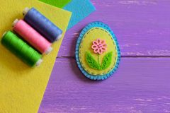 Blau- und Gelbfilz Ostereidekor mit rosa Blume Entzückendes Ostern-Handwerk für Kinder Kleine nähende Projekte lizenzfreies stockfoto