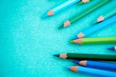 Blau und Grün färbten Bleistifte auf einem blauen Hintergrund lizenzfreie stockfotografie