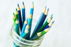 Blau und Grün färbten Bleistifte im Glasgefäß-Abschluss oben Lizenzfreie Stockbilder
