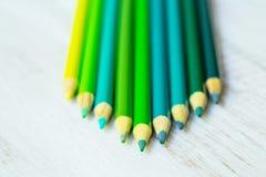 Blau und Grün färbten Bleistifte vereinbart auf Weiß Stockbild