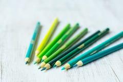 Blau und Grün farbige Bleistifte Stockfoto