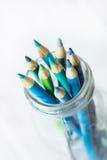 Blau und Grün farbige Bleistifte im Glasgefäß von oben Stockbilder