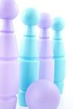 Blau und purpurrote farbige Bowlingspielstifte Lizenzfreies Stockfoto