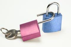 Blau- und Rosavorhängeschloß Lizenzfreie Stockbilder