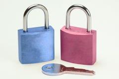 Blau- und Rosavorhängeschloß Lizenzfreies Stockbild