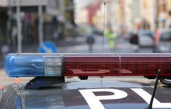 Blau und rote blinkende Sirenen des Polizeiwagens während der Straßensperre Lizenzfreies Stockfoto