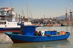 Blau und rotes Fischerboot Stockfotos