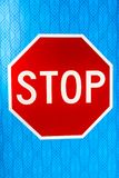 Blau und Stoppschild lizenzfreie stockbilder