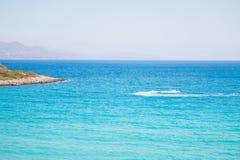 Blau und Türkis strandnah mit Jet-Himmel Voulisma-Strand nahe zu Agios Nikolaos stockfoto
