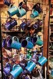 Blau- und TürkisKaffeetassen im Shop Stockfoto