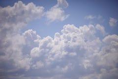 Blau und Weiß bewölkt Nahaufnahme lizenzfreie stockfotos