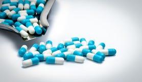 Blau und Weiß kapselt Pillen und Drogenbehälter auf weißem Hintergrund mit Kopienraum für Text ein globales Gesundheitswesenkonze Stockfoto