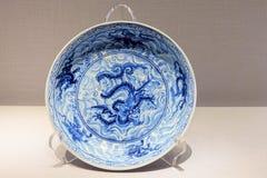 Blau-und-weiße Porzellanplatte der alten Rippenstücke lizenzfreie stockfotos