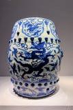 Blau-und-weißer Porzellanschemel der alten Rippenstücke lizenzfreie stockfotos