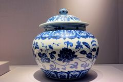 Blau-und-weißer Porzellantopf der alten Rippenstücke stockbilder