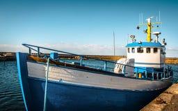 Blau- und weißesFischerboot koppelte - Schweden an lizenzfreie stockfotos