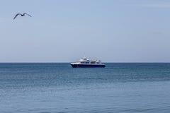 Blau-und weißesFischerboot Morred auf Meer Stockbilder