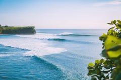 Blau vervollkommnen Sie Wellen für das Surfen in Bali r Lizenzfreies Stockfoto