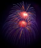 Blau, violett mit roten bunten Feuerwerken im schwarzen Hintergrund, künstlerische Feuerwerke in Malta, Malta Feuerwerksfestival i Stockfoto