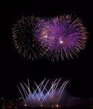 Blau, violett mit roten bunten Feuerwerken im schwarzen Hintergrund, künstlerische Feuerwerke in Malta, Malta Feuerwerksfestival  Stockbild