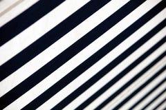 Blau-weiße gestreifte Markise - Nahaufnahme Lizenzfreie Stockfotografie