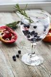 Blaubeercocktail mit Rosmarin schmücken und Soda Stockfoto