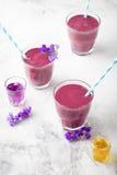 Blaubeere, Brombeere, Geißblatt, honeyberry Smoothie mit violettem Sirup und acai Lizenzfreie Stockfotos